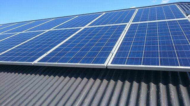 پشتبام مدارس با نصب پنلهای خورشیدی تولید برق می کنند