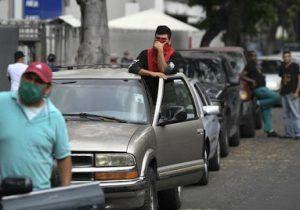 صف طولانی در ونزوئلا منتظر بنزین ایرانی
