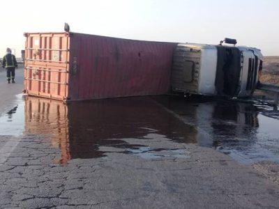 آتشنشانان مانع حریق ۲۵ هزار لیتر نفت سیاه در اتوبان کاشان شدند