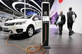 پایان عصر اتومبیلهای بنزینی؛ تا ۱۰ سال آینده/ خودروی برقی در ایران نمایشی و آدرس غلط است